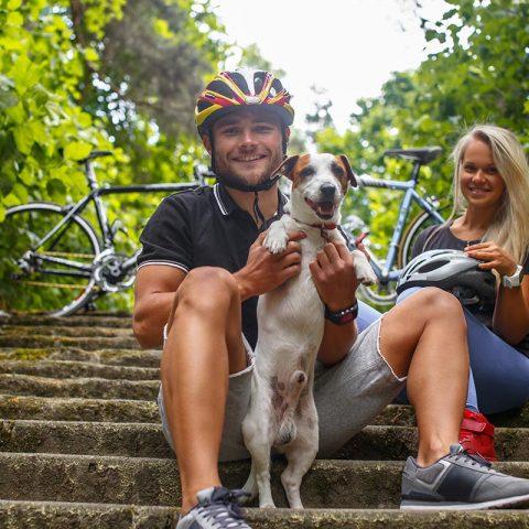 Outdoor - Fahrrad-Paar mit Hund auf Treppe
