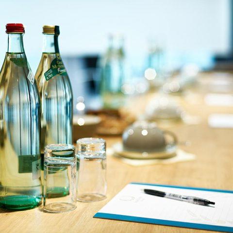 Tagungsraum Tischreihe mit Aufbau